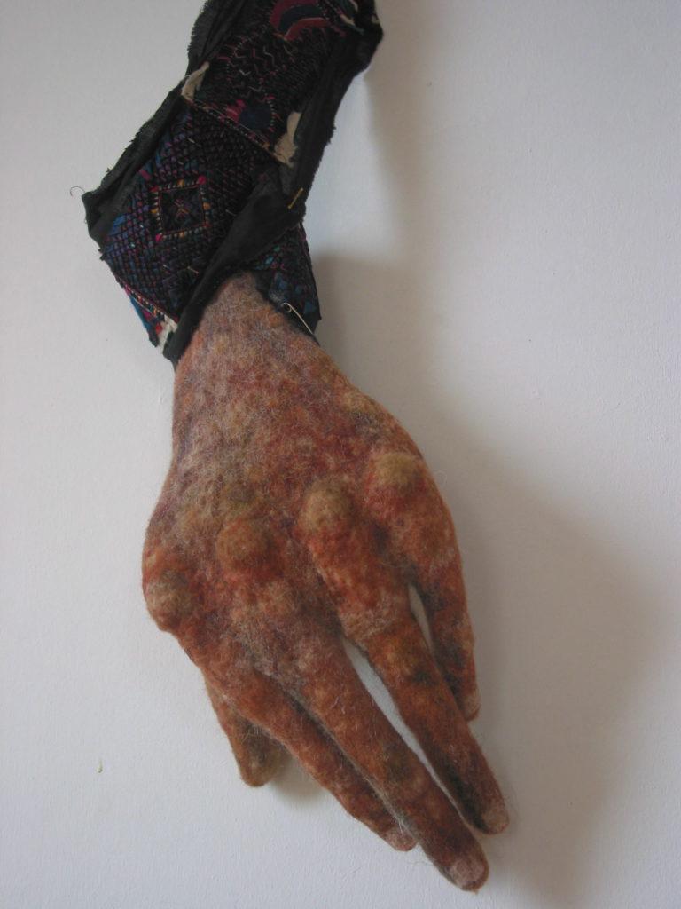 hand-met-chin-stof-1